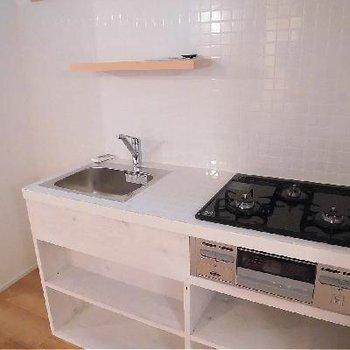 キッチンの白タイルがキュートです