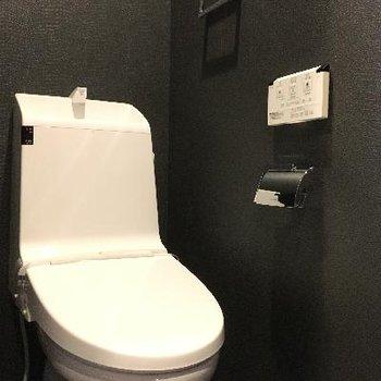トイレの壁は黒!シックで格好良いですね!