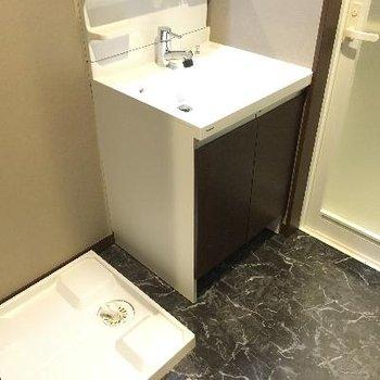 洗面台と洗濯機置き場です!床がなんとも大人っぽい。