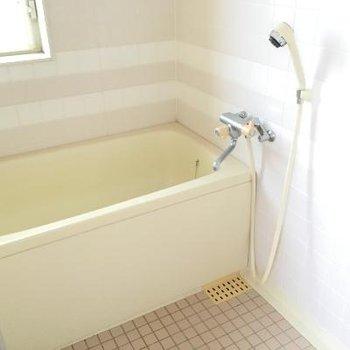 お風呂です。お風呂は白基調で清潔感がありますね!