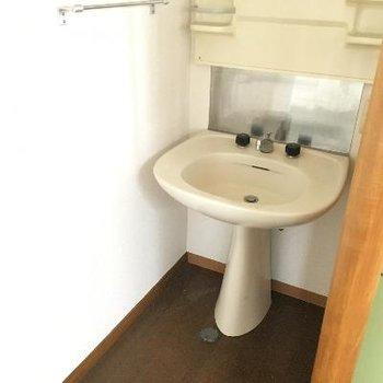 洗面台。キッチン横にあります!