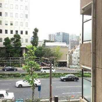 景色です。右側のマンションが日当たりに影響するかも
