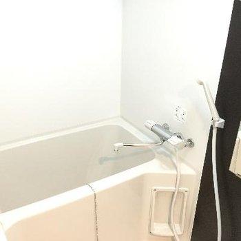 お風呂。黒い壁がアクセントに!