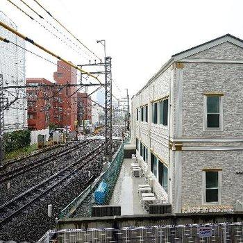 目の前に線路。電車好きの方には・・!