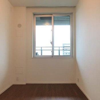 こちら5帖の洋室。ベランダには出れませんが景色は見えますよ!