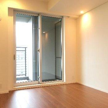 6.1帖の洋室。こちらはベランダに出ることができます