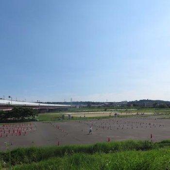 徒歩5分で多摩川が!野球場もありますよ