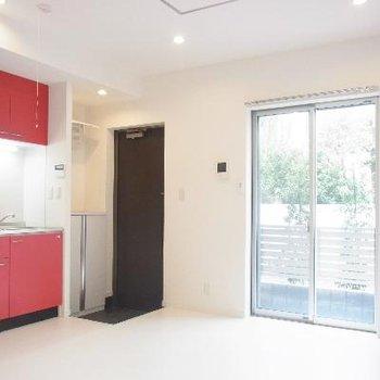 赤いキッチンがアクセント。