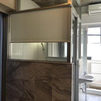 浴室はなんとガラス張り!ブラインドもついていますよ。