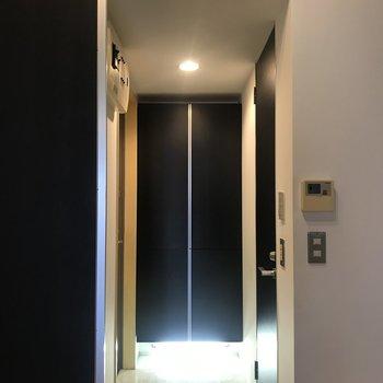 玄関は居室とスライドドアで仕切られていました。