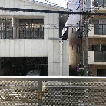 隣の住宅が見えますね。