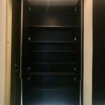 シューズボックスは棚数が多く、可動式なので大きめのブーツも収納できます。
