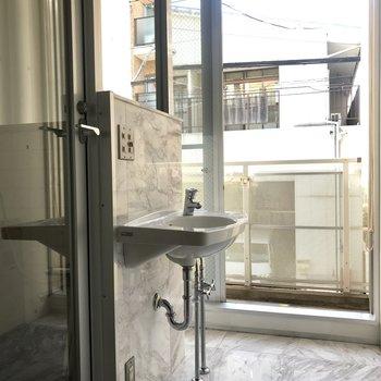 洗面台は浴室を出たところに。鏡もついています。