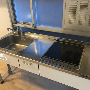 2口IHコンロで調理スペースがあるので料理が楽しくなりそうです◎窓もついているので換気も楽チン。