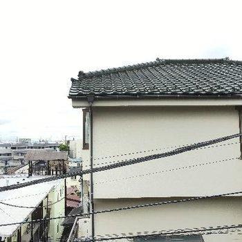 外観です。正面にお家がありますが、土地が高いので街をよく見渡せます!