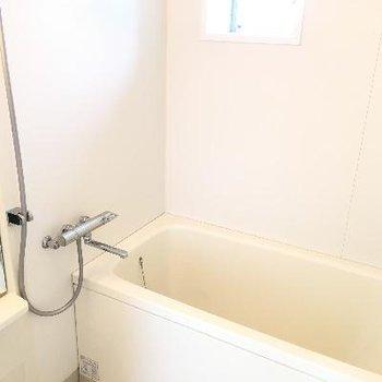 バスルーム。深さもバッチリでしたし小窓も付いていました!
