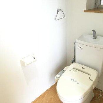 トイレ。後ろに窓もあります