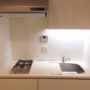 キッチンは2口ガスコンロ。収納たくさん。※写真は別部屋