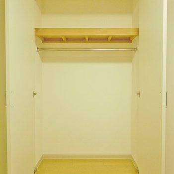 こっちが寝室のクローゼット。