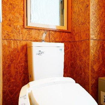 トイレはウォシュレットつきで窓も♪