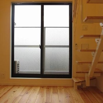 窓が大きいのがうれしい。天井も高い!※写真は別室