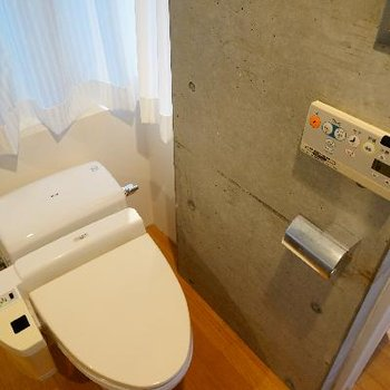 トイレはタンクレスでウォシュレット付き!