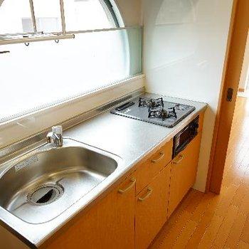キッチンはゆったり2口で窓があるので明るい♪