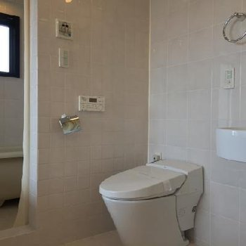 お風呂は一段上がっています※写真は別のお部屋です