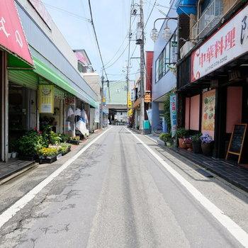 駅前は小さな商店街が。和む〜