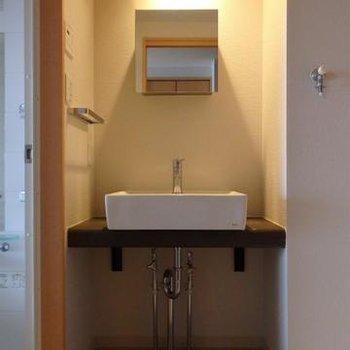 独立洗面台も可愛いモノが付いています※画像は別室