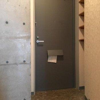 玄関もコンクリの打ちっ放しが決まってます。