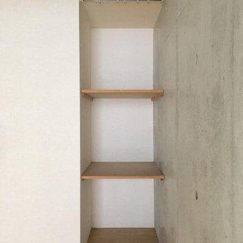 お部屋の隅には棚もあります。カーテンレール付き◎