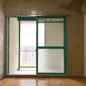 緑の窓枠が遊びごごろ。