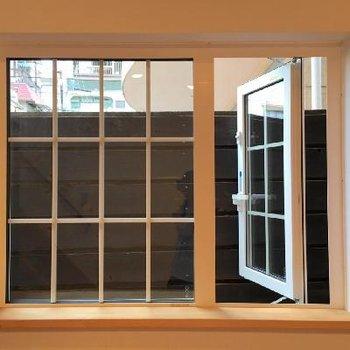 1階の眺望は塀。ちょっとしたディスプレイで窓際を彩ってみては。
