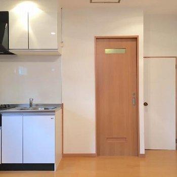 お部屋の奥に水回りがまとまっています。右の扉がトイレ。左はお風呂。