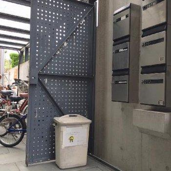 正方形のポストがおしゃれ。駐輪場もばっちり。