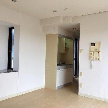 お部屋に伸びる廊下にキッチンがあります。