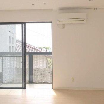 風が抜けるシンプルなお部屋。