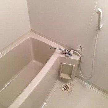 お風呂がなかなか広いんです♪上の方に小窓もありますよ。