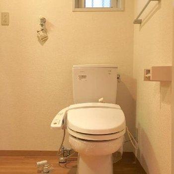 トイレは洗面台の横。脱衣所の床はナチュラルでかわいい雰囲気。