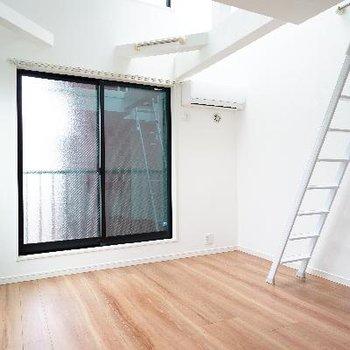 6.5帖のお部屋は2面採光で明るいです♪