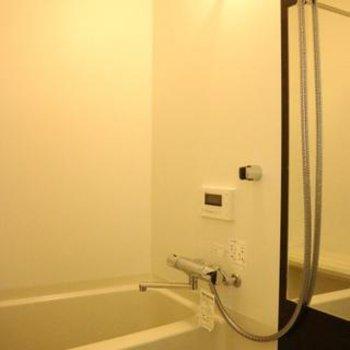 高級感あるバスルーム。写真は同間取り別部屋