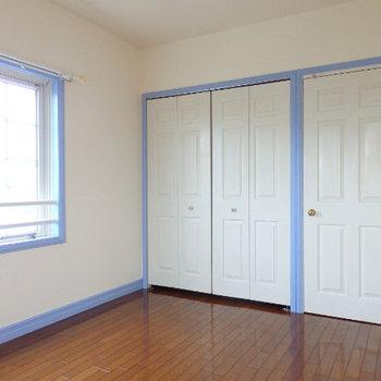寝室。こちらは藤色のカラー