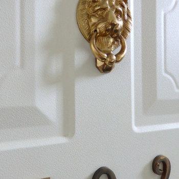 玄関ドアにライオン発見しました。