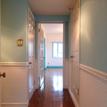 廊下。こちらは白とブルーの2トーン