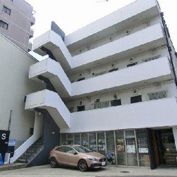 裏には商店街通りと駐輪スペース。