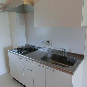 実際はシステムキッチンではなく、2口ガスコンロが設置可能なキッチン ※写真は別部屋