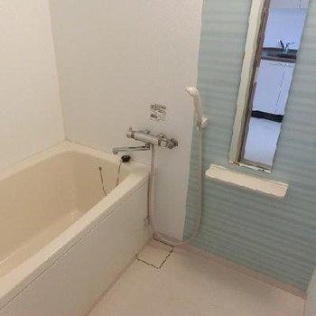 お風呂は別室です。実際はもう少し古いです。 ※写真は別部屋