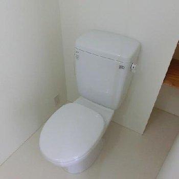 洗面台と一緒の空間に ※写真は別部屋