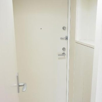 玄関はフラットで小棚が良い感じ